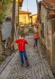 Ankara/Turkije-Juni 16 2019: Kinderen die met rolschaats op de straat dichtbij het Kasteel van Ankara spelen Concept het delen De stock foto