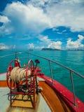 Ankare med repspolen på pilbågen av färjan som heading till Samui, Thailand Royaltyfria Foton