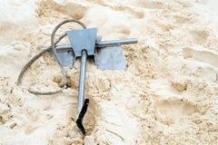 Ankare på vit sand Royaltyfri Bild
