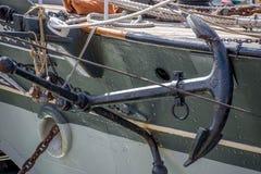 Ankare som binds till sidan av en segelbåt Royaltyfria Bilder