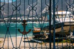 Anker auf dem Tor gegen den Hintergrund von Schiffen, von Booten und von Meer Gelendzhik, Russland Lizenzfreie Stockfotografie
