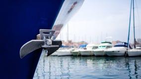 Anker auf Schiff im Hafen Stockbilder