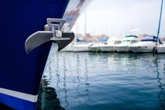 Anker auf Schiff im Hafen Stockfotos