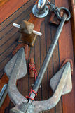 Anker auf Teakholz-Bootsdeck Stockfoto