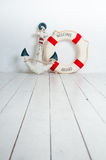 Anker en reddingsboei op een witte houten vloer Stock Foto's