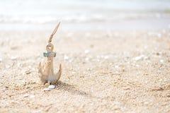 Anker in het strand stock fotografie