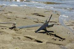 Anker in het zand stock fotografie