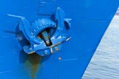 Anker op blauw schip in haven Stock Afbeelding