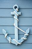 Anker op blauwe houten Stock Afbeelding