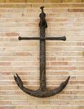 Anker op een bakstenen muur Stock Foto's