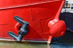 Anker op een rode boot royalty-vrije stock afbeeldingen