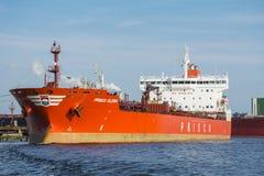 Anker Prisco Elena (företaget som lokaliseras i Singapore) förtöjas på bryggan från BP terminalen Arkivfoto