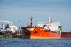 Anker Prisco Elena (företaget som lokaliseras i Singapore) förtöjas på bryggan från BP terminalen Royaltyfri Foto