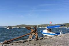 Anker und Boote an der Küste von Sigacik lizenzfreies stockfoto