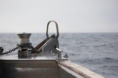 Anker weg vom Bogen eines Bootes Stockfoto