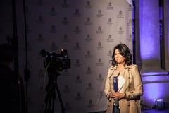 Ankerbericht Fernsehenn1 vom Stadtzentrum von Belgrad nachts N1 ist ein Kabelnachrichtensender, der CNN gehört, das in Balkan gel Lizenzfreies Stockfoto