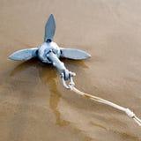 Ankerjacht op strand Stock Afbeeldingen