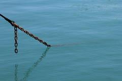 Ankerkette im Meer Stockbilder