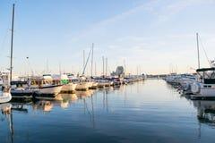 Ankern-Bereiche und Segel-Boote im inneren Hafen-Bereich in Baltimo stockfoto