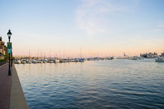 Ankern-Bereiche und Segel-Boote im inneren Hafen-Bereich in Baltimo stockbild