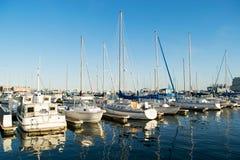 Ankern-Bereiche und Segel-Boote im inneren Hafen-Bereich in Baltimo lizenzfreies stockbild