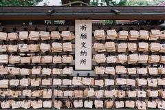Ankietowy obwieszenie mnóstwo ema modlitwy tradycyjna drewniana deska zdjęcie stock