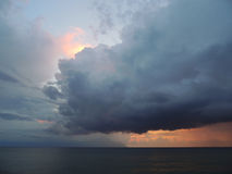 Ankündigen - Sturm-Wolken über dem dunklen Meer Stockbild