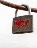 Anknuten hjärtor inristad förälskelsehänglås på järn Stång Royaltyfria Bilder