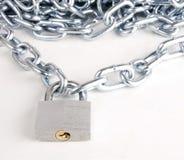 Anknyta kedjar förbindelse, av stämmt, stålsätter låsa padlocken på vit Arkivbild