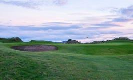 Anknyter golf på skymning Arkivfoton