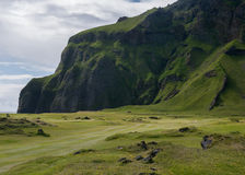 Anknyter golfbanan med berget i vulkaniskt landskap Arkivbild
