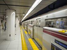 Ankommande drev på den Tokyo tunnelbanastationen arkivfoto