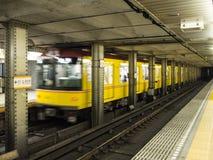 Ankommande drev på den Tokyo tunnelbanastationen royaltyfri foto