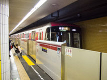 Ankommande drev på den Tokyo tunnelbanastationen arkivbilder