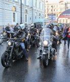 Ankommen stor grupp av cyklister Fotografering för Bildbyråer