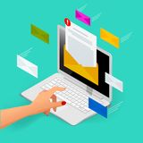 Ankommende E-Mail-isometrisches Vektorkonzept Empfangen von Mitteilungen Laptop mit Umschlag und Dokument auf einem Schirm E-Mail Stockbilder