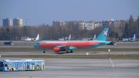 Ankommende Passagierflugzeugverschiebung auf der Rollbahn am Flughafen stock video