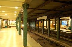 ankommer metroen Arkivbild