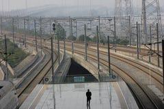 ankommer plattformsjärnvägen som ska utbildas Royaltyfri Foto