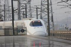ankommer plattformsjärnvägen som ska utbildas Arkivbild