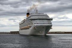 Ankomst av det moderna kryssningskeppet Costa Magica på den Alicante hamnen arkivfoton