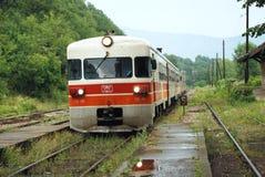 Ankomst av drevet på en lantlig järnvägsstation Arkivfoton