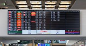 Ankomst-/avvikelsebräde i den Zurich flygplatsen Arkivfoton