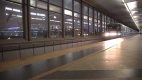 Ankomst och avvikelse av gångtunneldrevet på stationen stock video