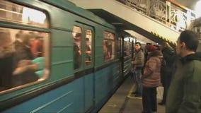 Ankomsten av drevet i Moskvatunnelbana stock video