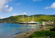 Ankomsten av seglingskeppet som är orubbligt i de lovart- öarna arkivfoto
