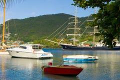 Ankomsten av seglingskeppet som är orubbligt i de lovart- öarna royaltyfri fotografi
