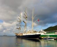 Ankomsten av seglingskeppet som är orubbligt i de lovart- öarna arkivbild