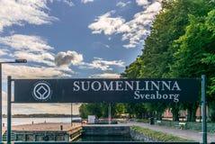 Ankomsten undertecknar in porten av Suomenlinna i den Helsingfors bågen arkivbild