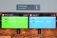 Ankomster och avvikelser på den Olsztyn-Mazury flygplatsen arkivbilder